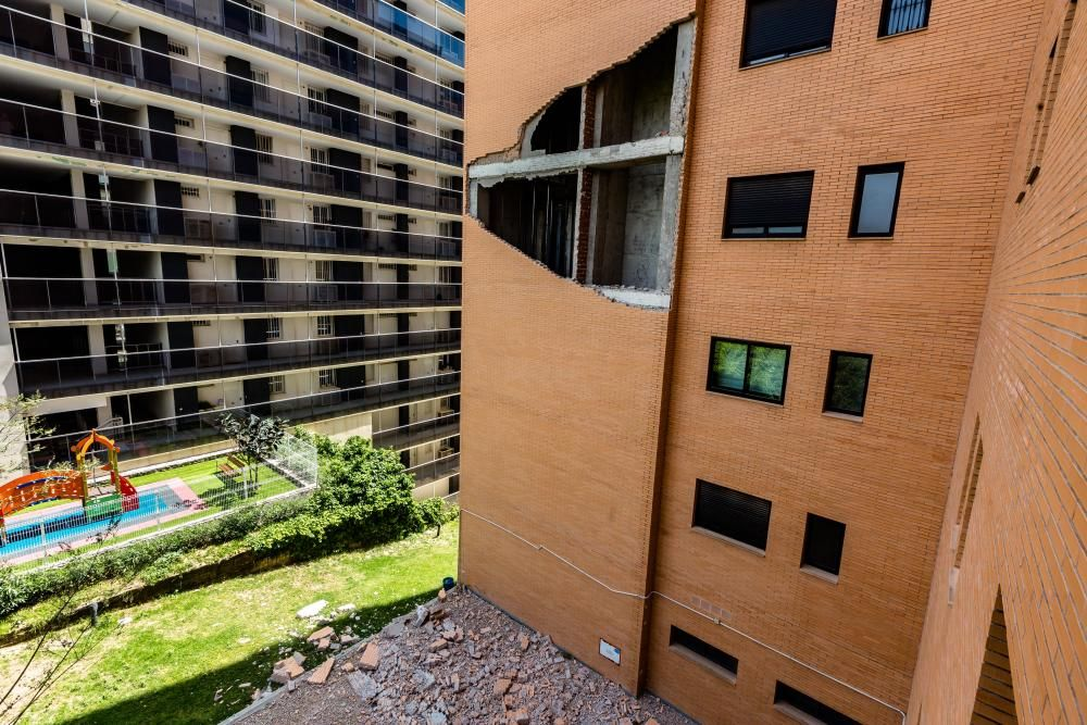 El desprendimiento, que ha afectado a la pared trasera del inmueble, no ha causado heridos aunque ha conmocionado a los vecinos de la finca