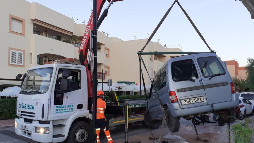 Un vehículo se empotra contra el mobiliario urbano de una acera de Ibiza