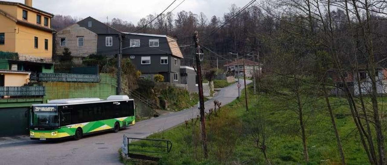 Un bus de la línea 29 de Vitrasa que se planteaba como enlace con Chandebrito, en Fragoselo. // Jose Lores