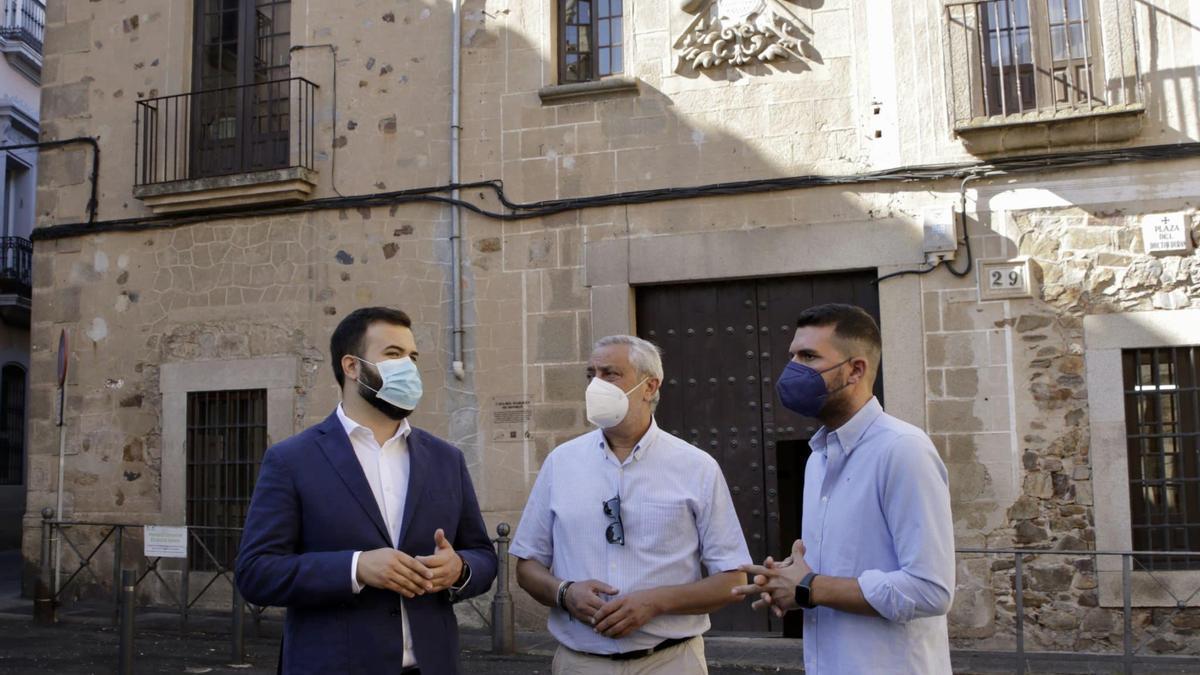 Salaya, Carlos Carlos y Sánchez Cotrina en la plaza del Doctor Durán.