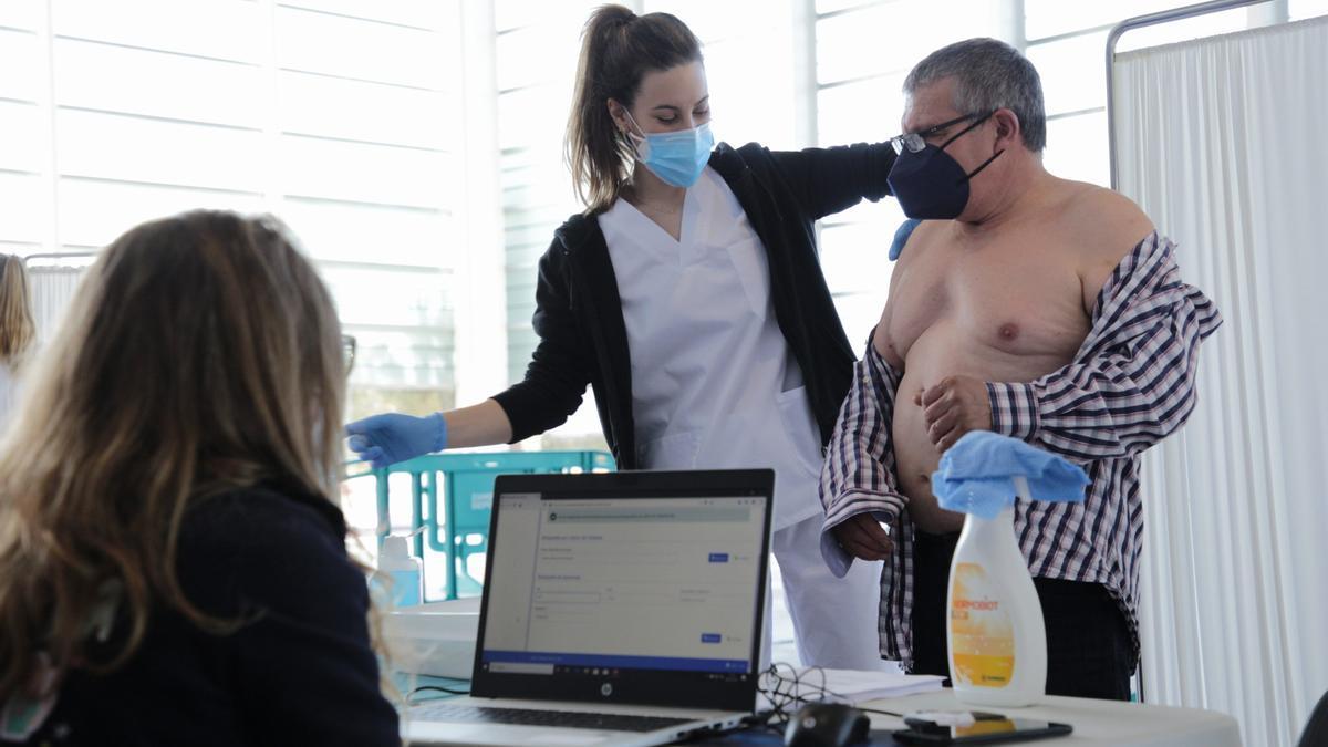 Un hombre  recibe la vacuna contra el COVID en Zamora.