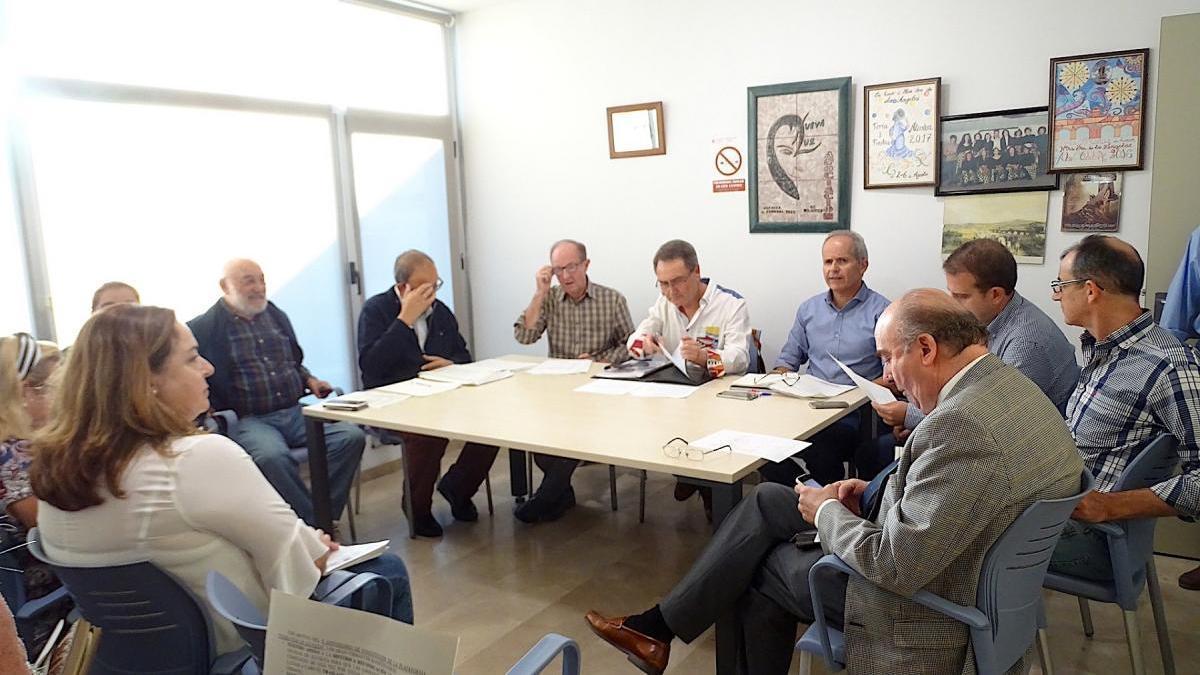 La comisión municipal debate alternativas para que las vías de tren no pasen por Alcolea