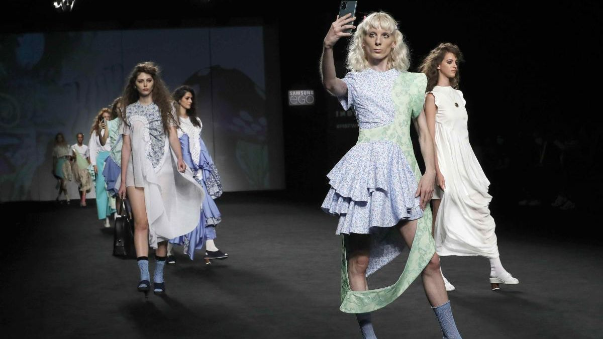 Modelos lucen creaciones del diseñador Robert Rodríguez.