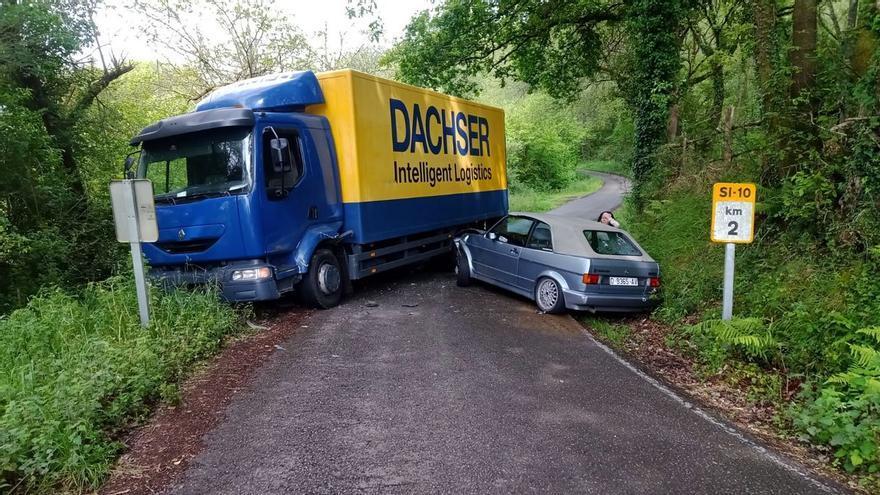 """Los vecinos alertan de la peligrosidad de la carretera de Santolaya de Vixil: """"Tuve que dar un volantazo para esquivar un camión"""""""