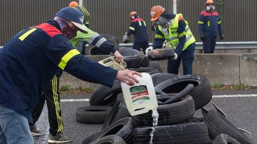 Empleados de Alcoa cortan la Autovía del Cantábrico en protesta por despidos