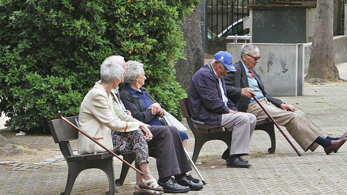 Varios jubilados, sentados en un banco. |   // IÑAKI OSORIO