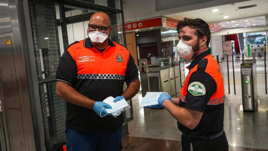 Entrega de mascarillas en el metro de Málaga y Cercanías