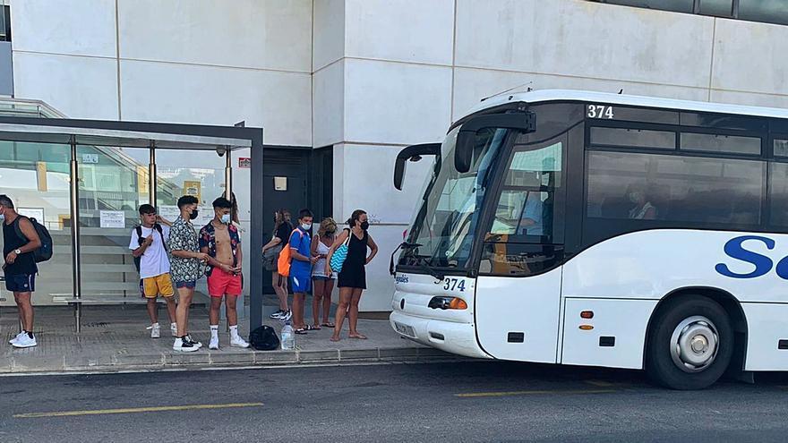 Usuarios del transporte público: «En los autobuses parece que el covid no existe»