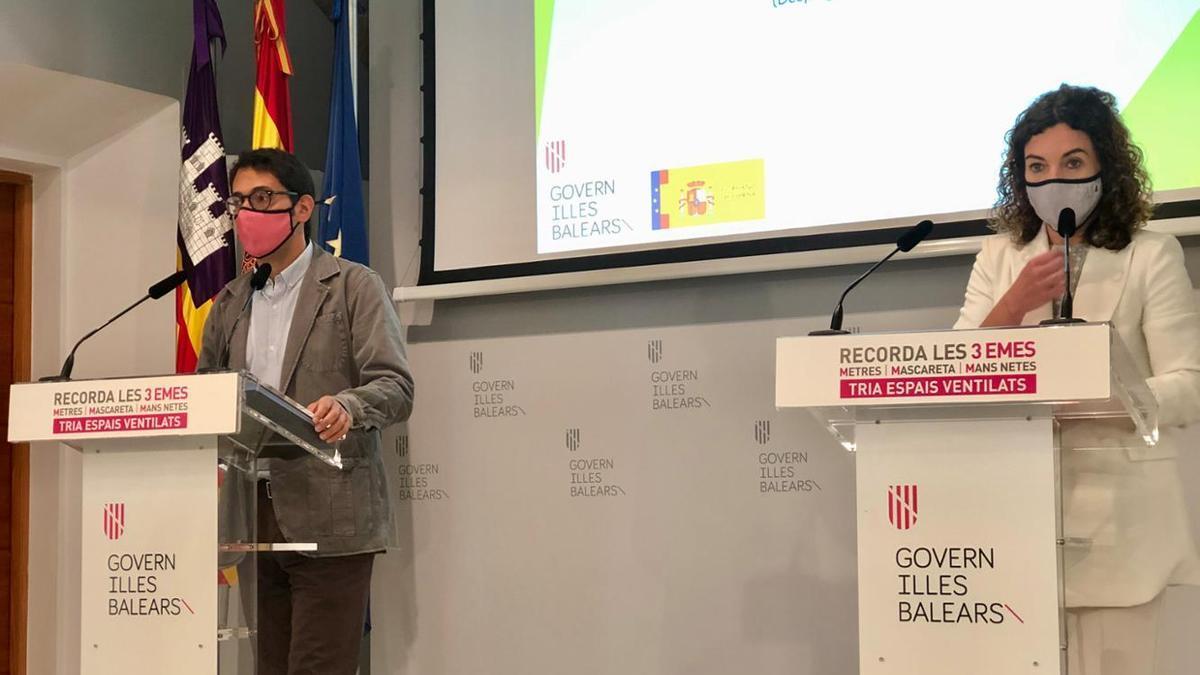 El conseller Iago Negueruela y la consellera de Hacienda, Rosario Sánchez.