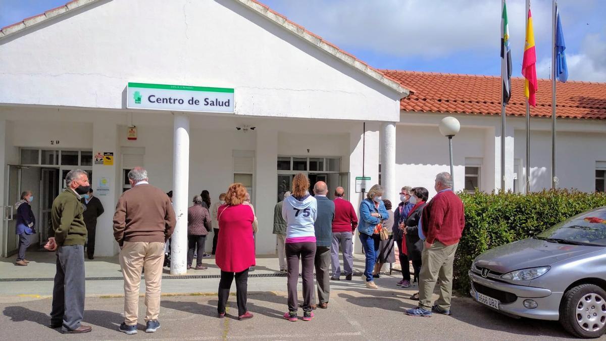 Cola a las puertas del Centro de Salud para vacunarse