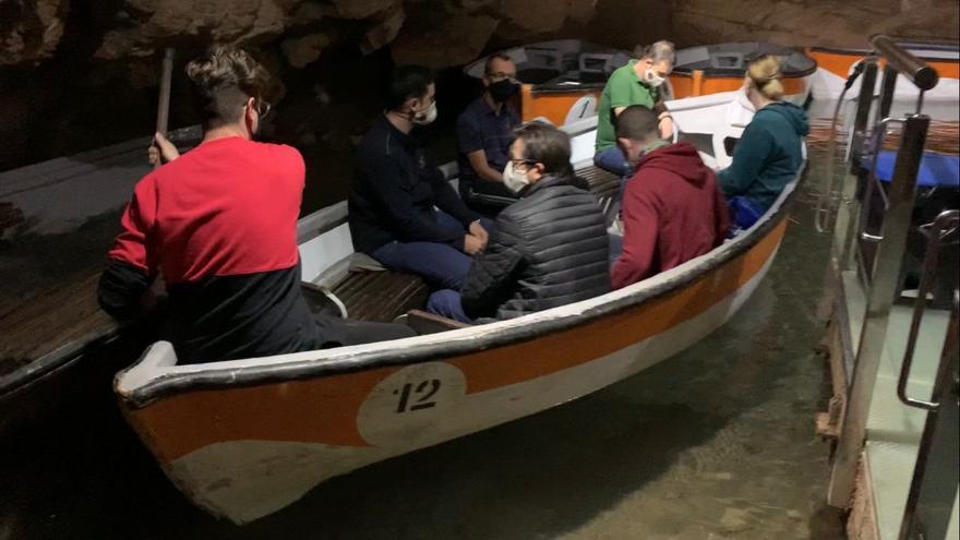 Pruebas a los aspirantes a barqueros en les Coves de la Vall d'Uixó