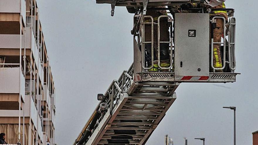 Rescatan el cuerpo de una cuarta víctima mortal en la nave que ardió en Badalona