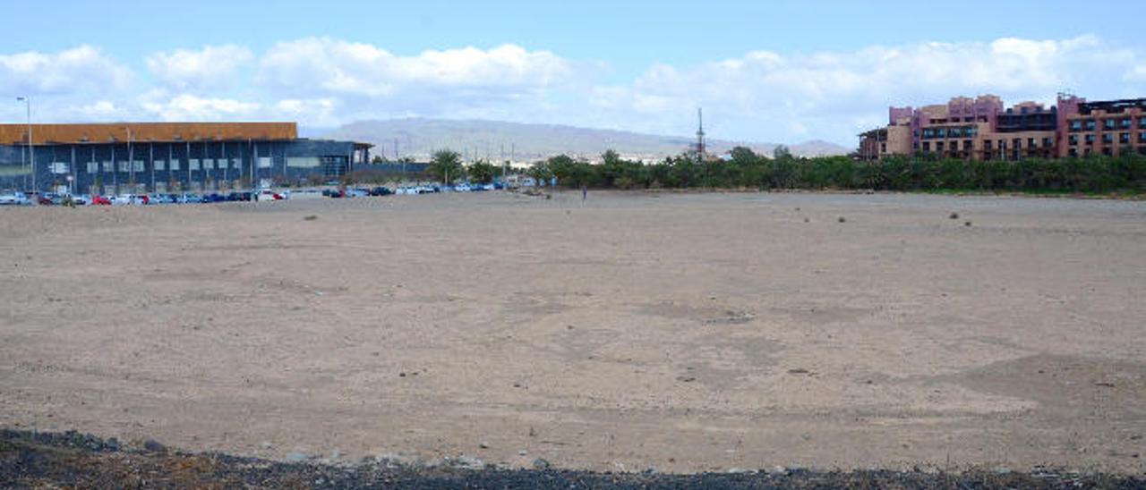 Vista de la parcela entre Expomeloneras y el hotel Baobab donde irá el centro comercial de Lopesan.