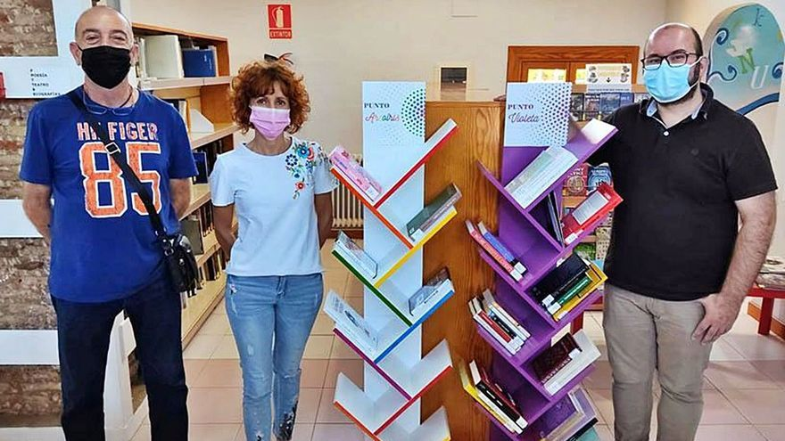 La biblioteca exhibe con orgullo su punto arco iris