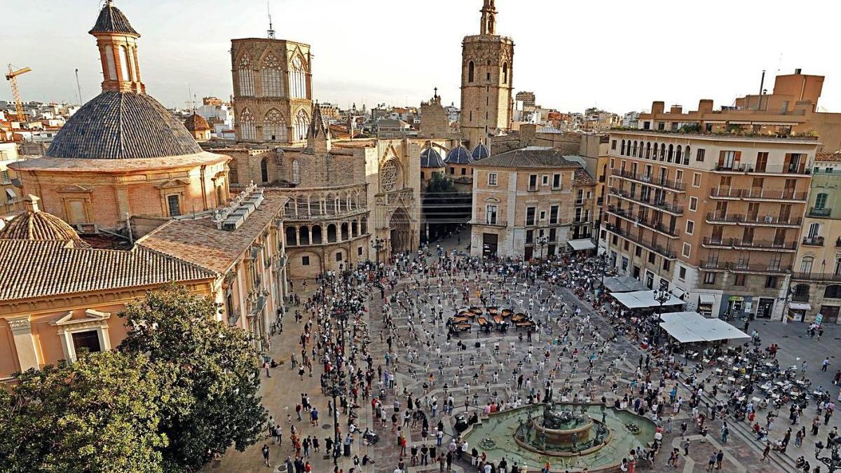 El Festival Internacional Iturbi toma la Plaza de la Virgen con diez pianos