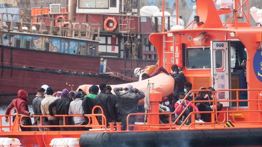Rescatan a otros 33 inmigrantes al sur de Gran Canaria, 3 de ellos del agua