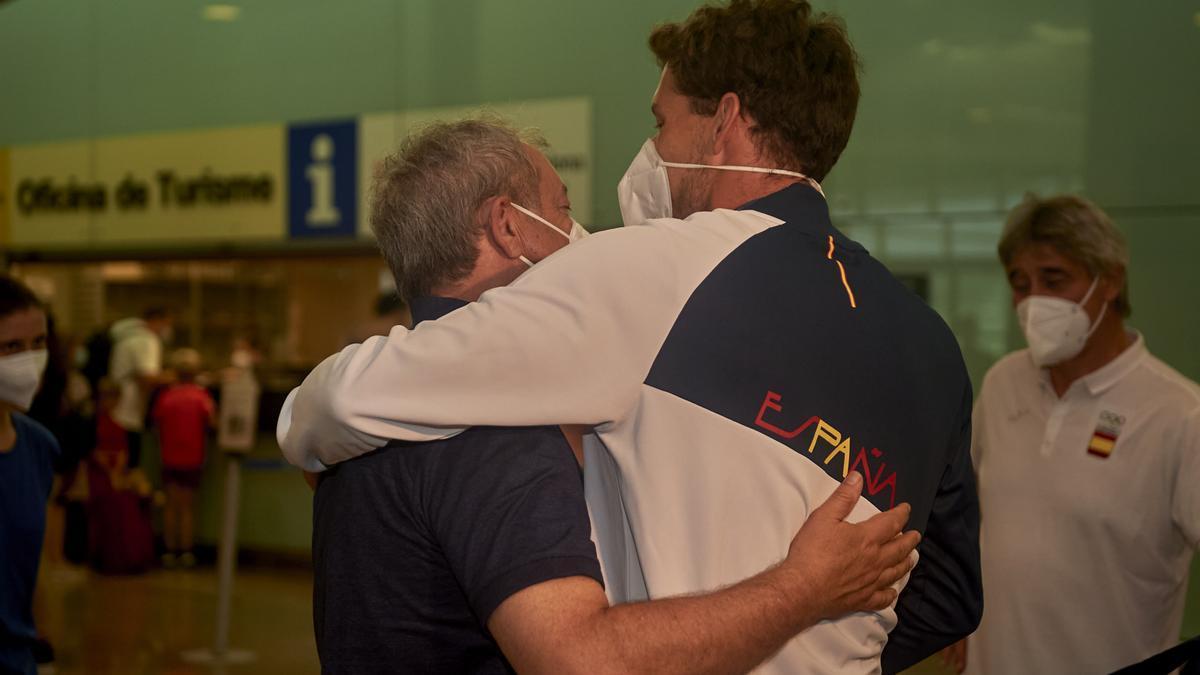 Carreño, abrazado a su padre.