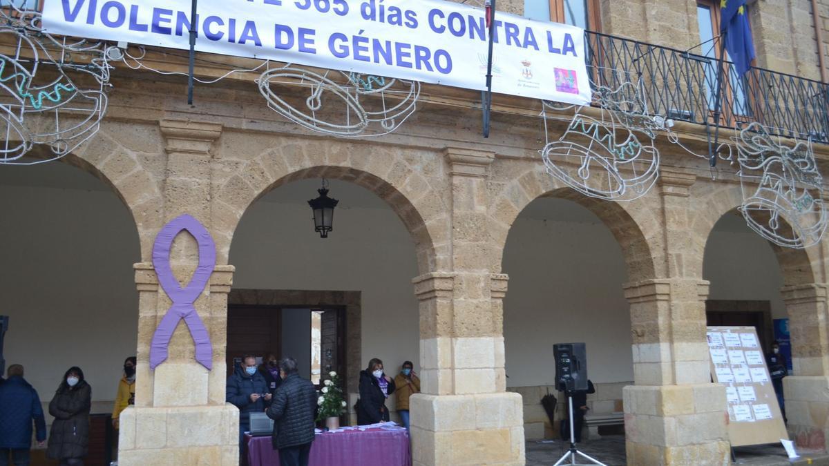 Acto central de homenaje a las víctimas, en la Plaza Mayor de Benavente. / E. P.