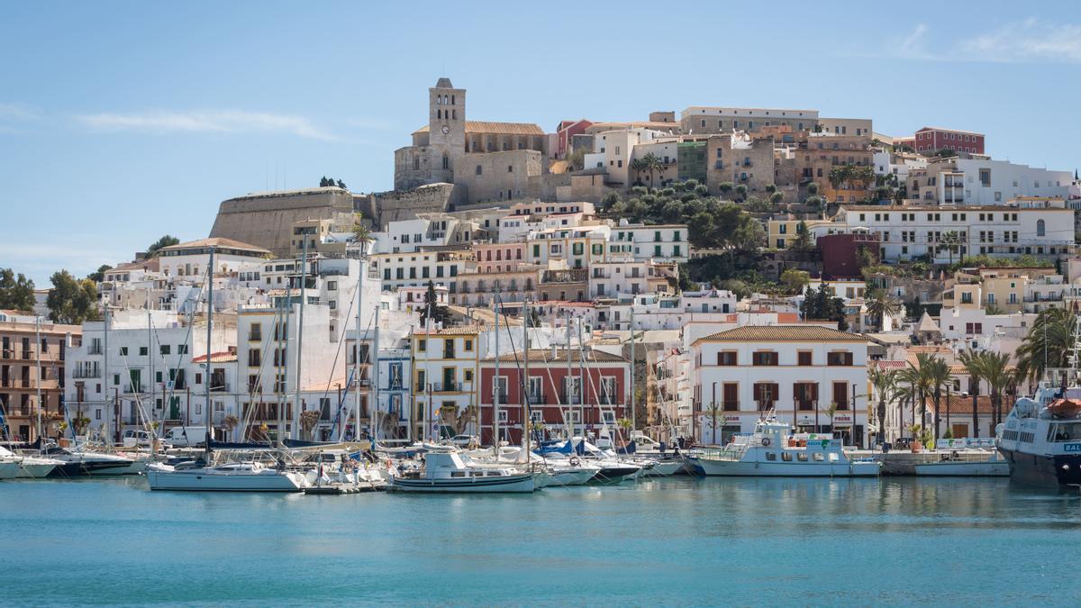 El recinto amurallado de Dalt Vila preside la ciudad y a sus pies está situado el puerto de Eivissa