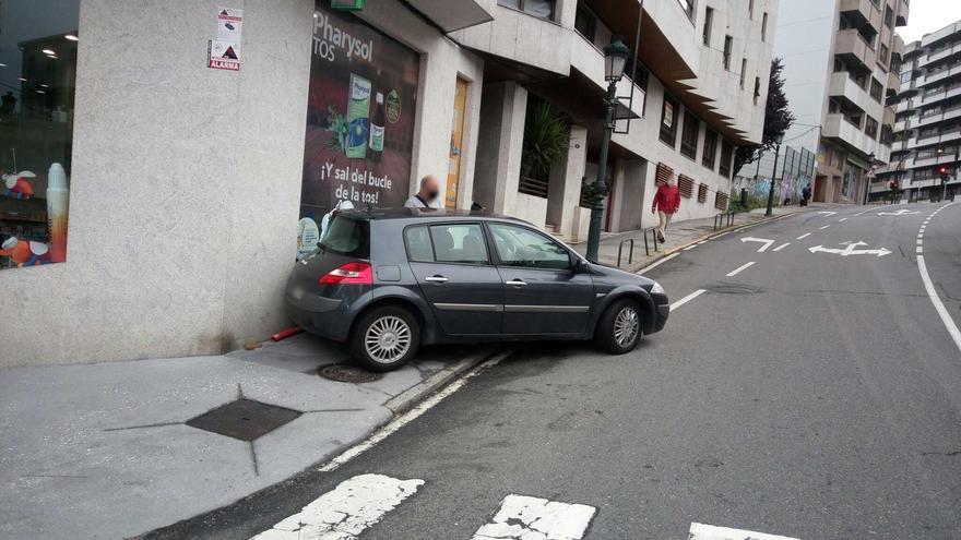 Empotra el coche contra la fachada de un edificio en Vigo y alega falta de gasolina