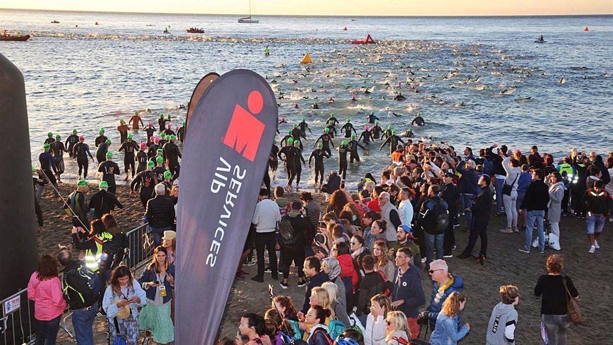 Atletas inician la prueba de natación en una de las pasadas ediciones del Ironman en Marbella.   L. O.