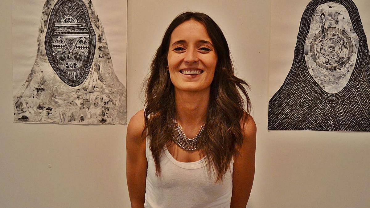 La artista Laura Pintado junto a dos de sus obras, en una foto de archivo.