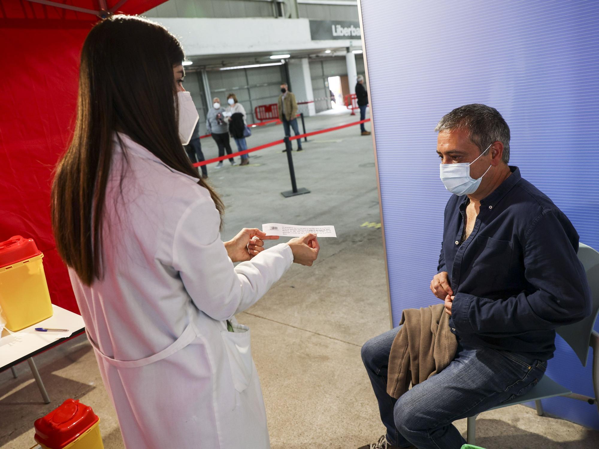 Vacunaciones masivas en el recinto Ferial de Santullano, en Mieres