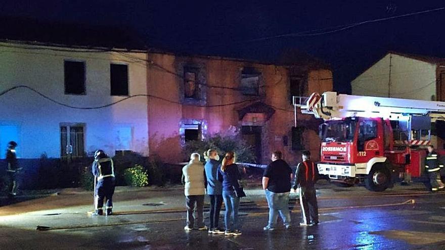 Un incendio devasta una casa rural en el casco urbano de Vecilla de la Polvorosa