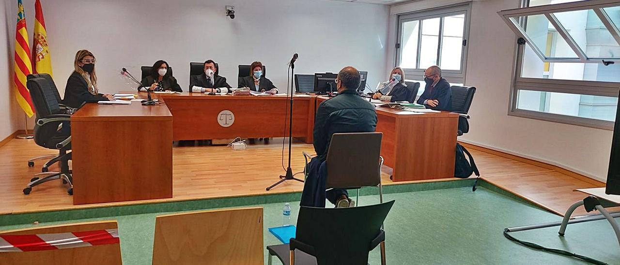 El acusado sentado de espaldas en el banquillo el día que se celebró el juicio.