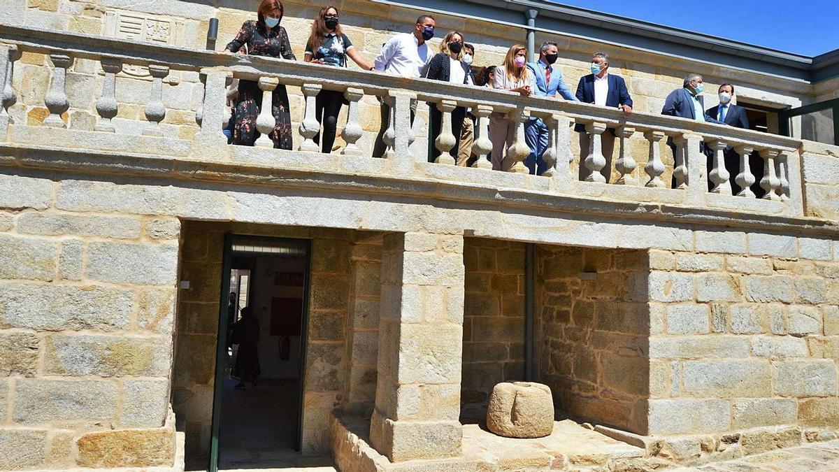 Un aspecto de la nueva imagen que muestra el Pazo de Quintáns, con las autoridades asomadas a su balcón.