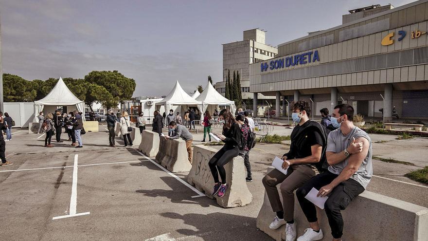 Los jóvenes de Mallorca responden: «El peso de la vacunación recae sobre nosotros»