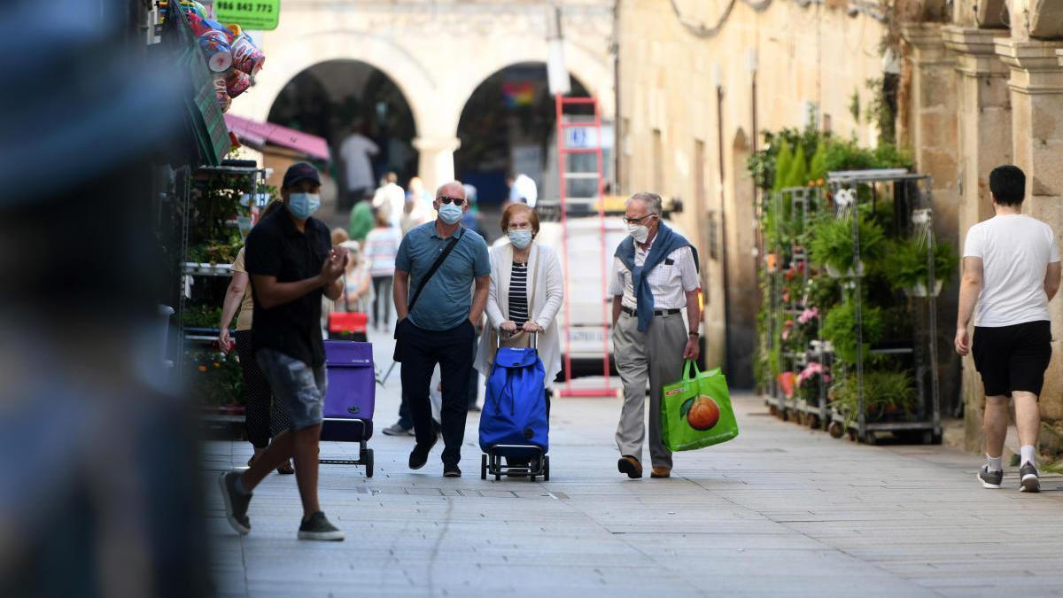 Vecinos de Pontevedra con mascarilla en la zona del Mercado.