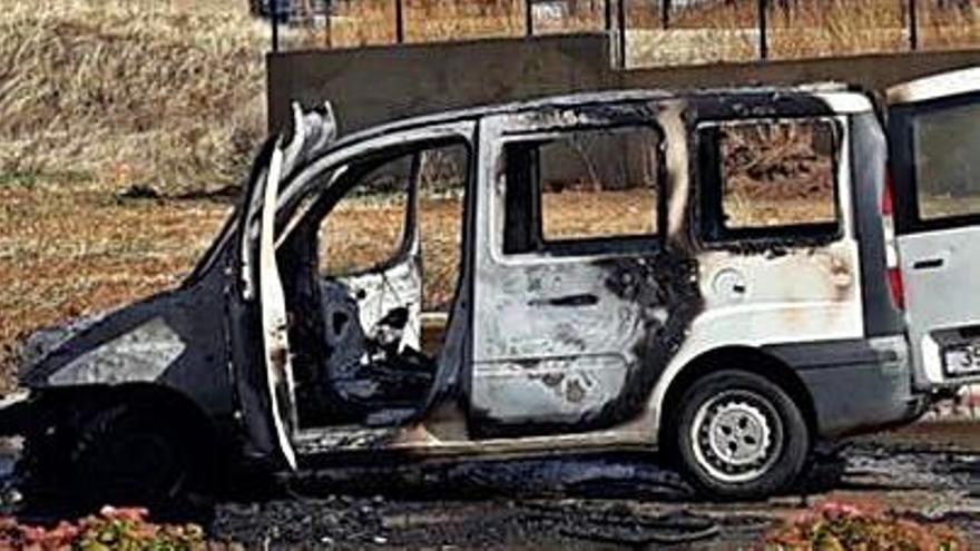 Calcinada una furgoneta en Benavente al iniciarse el fuego cuando estaba en marcha