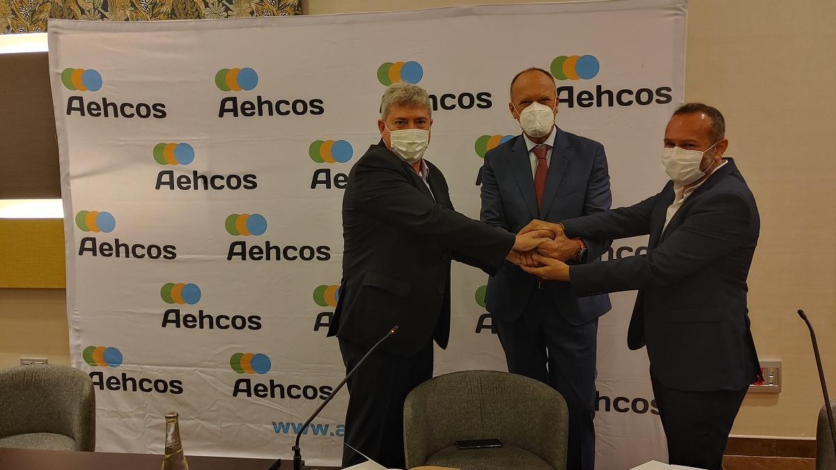 Sergio García, José Luque y Fran Serón, en la firma del convenio.