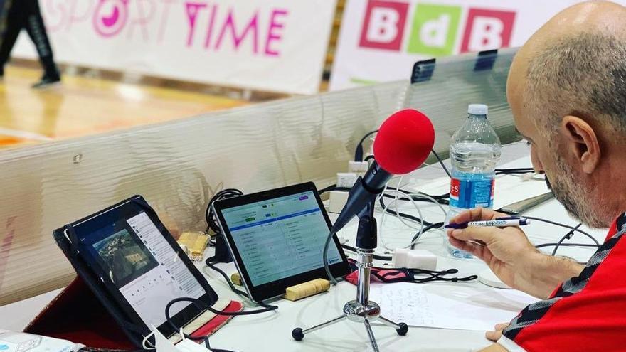 El periodista Toni pizà, durante una de sus retransmisiones de los partidos de voleibol
