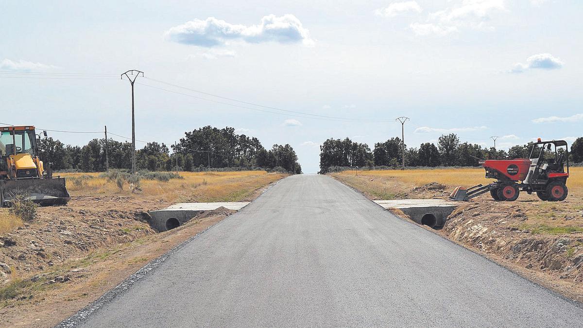 Uno de los tramos mejorados en la carretera de Lanseros, en el municipio de Manzanal de los Infantes.