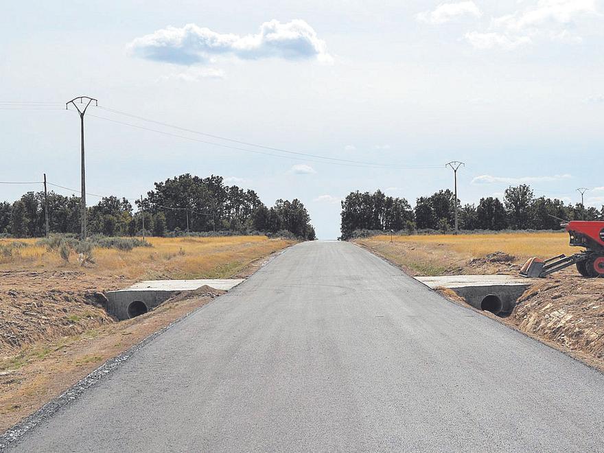 Uno de los tramos mejorados en la carretera de Lanseros, en el municipio de Manzanal de los Infantes. | Araceli Saavedra