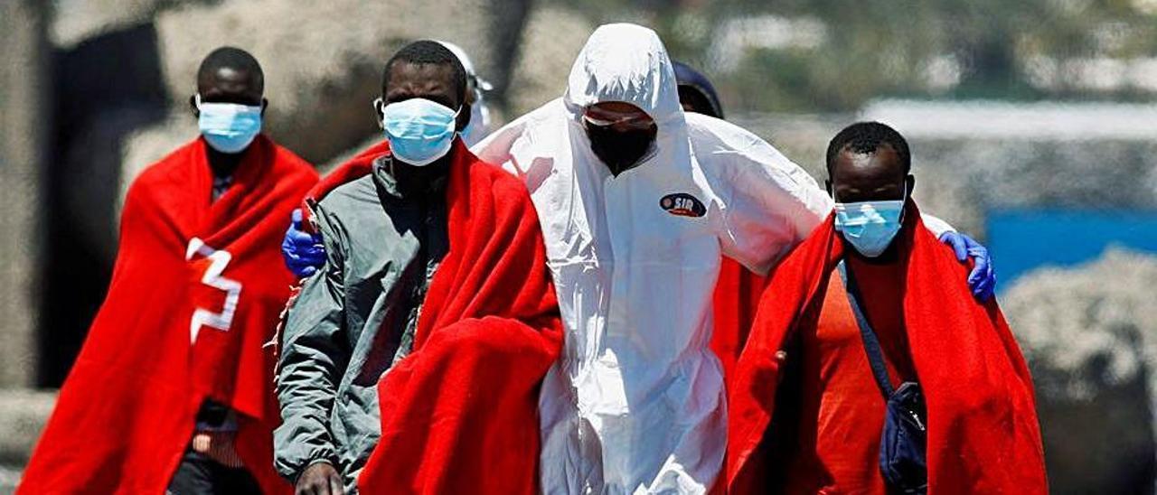 Un grupo de migrantes, a su llegada ayer a Arguineguín.     BORJA SUÁREZ/REUTERS