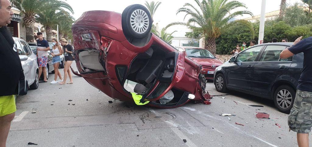 Un conductor borracho vuelca su coche y daña a otros vehículos en Moncofa.