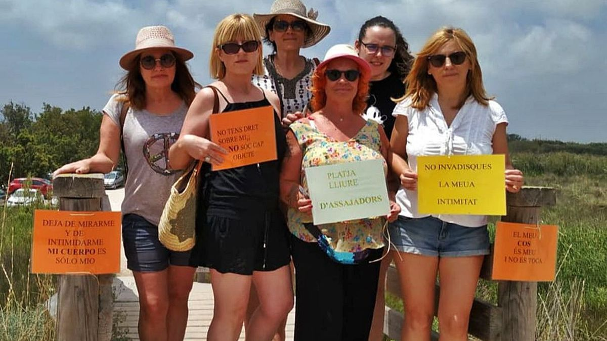 Integrantes del colectivo feminista de Cullera en una antigua acción reivindicativa. | LEVANTE-EMV