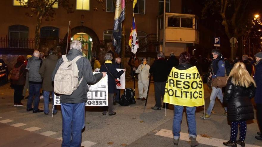 Unas 300 personas protestan contra la decisión del TS sobre los presos catalanes