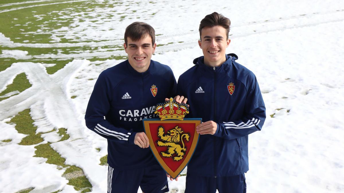 Francho y Francés sujetan el escudo del Real Zaragoza.