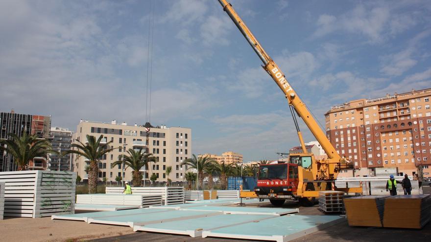 En marcha la instalación de las aulas prefabricadas del CEIP Herrero en Castelló