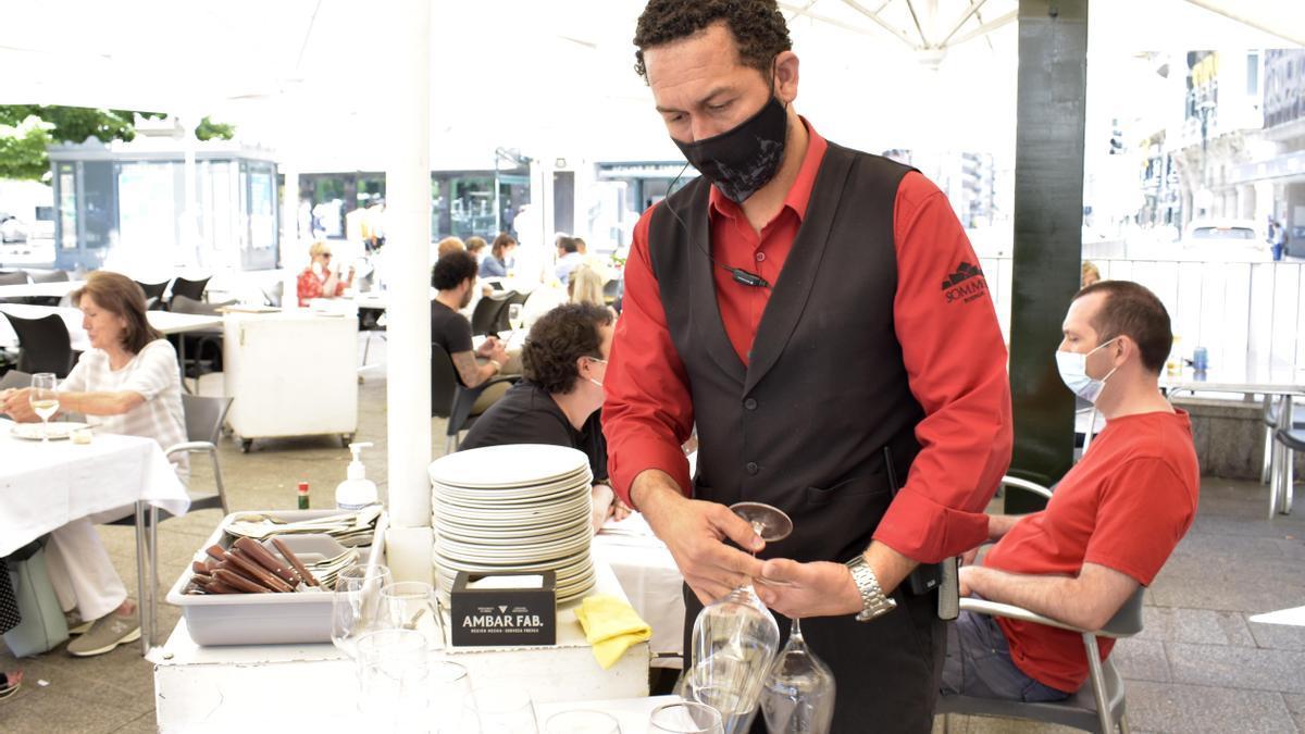 El encargado de la Lobera de Martín, Pedro Faña, prepara unas mesas en la terraza del restaurante