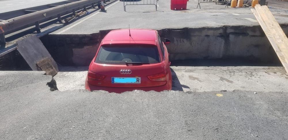 Cae un coche en las obras de la GC-2