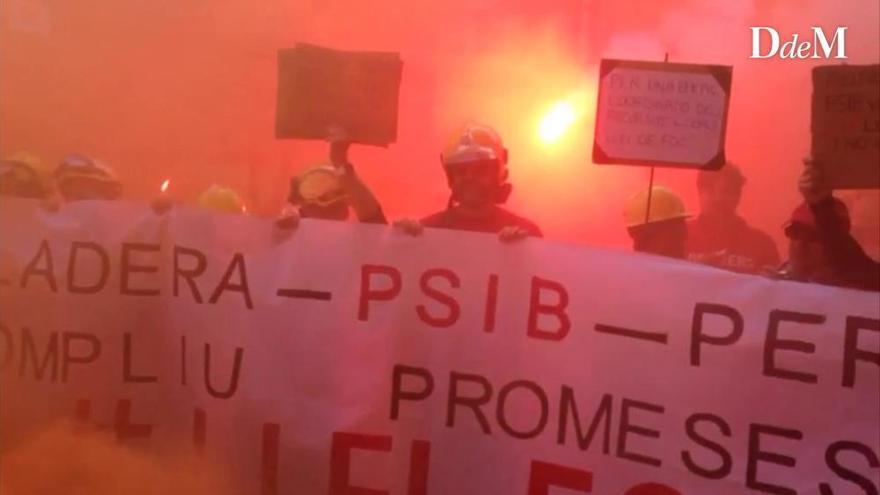 Feuerwehrleute protestieren mit Bengalos vor Balearen-Parlament