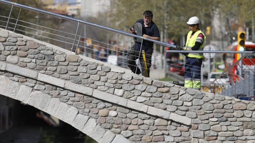 Els vianants ja creuen el riu Güell pel pont del Dimoni