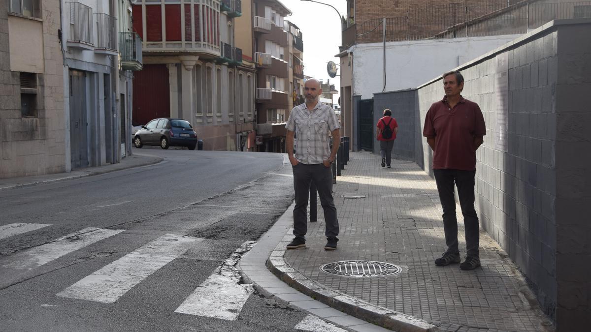 Els regidors Aleix Serra i Eloi Escútia, davant de la zona que estarà afectada per obres