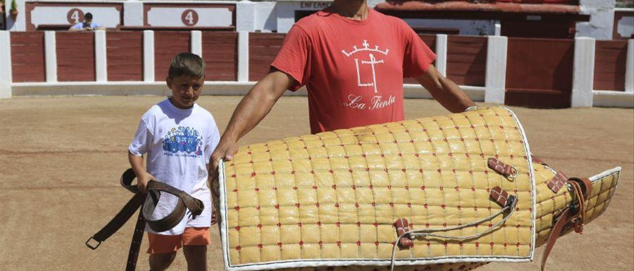 Los aficionados de Zamora ven cómo se viste un caballo de picar