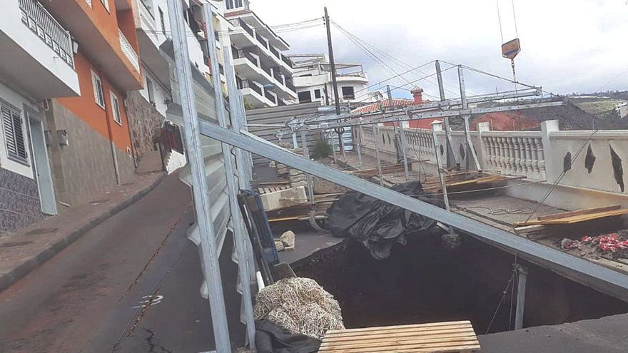 Una calle de Tenerife cede por unas obras y obliga a realojar a 20 vecinos